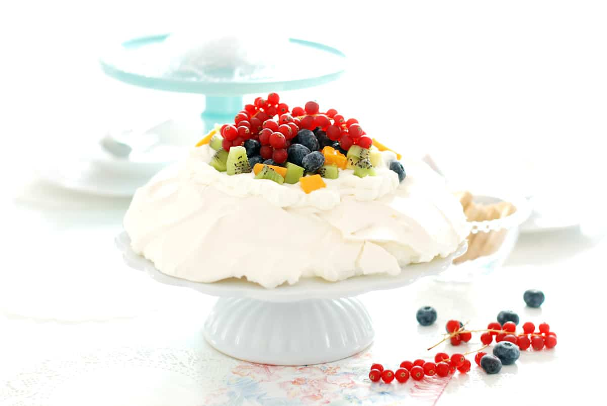 Pavlova con nata y frutas