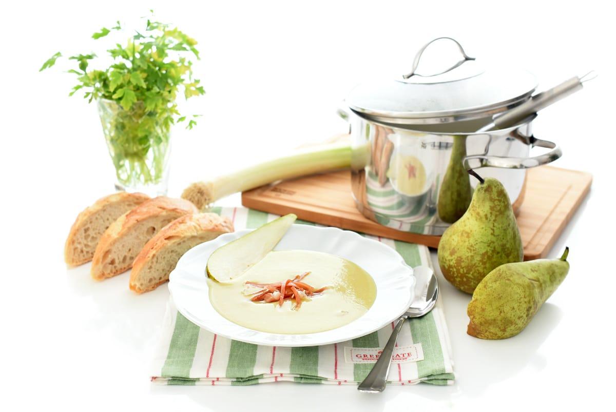 Crema de puerros y pera con jamón