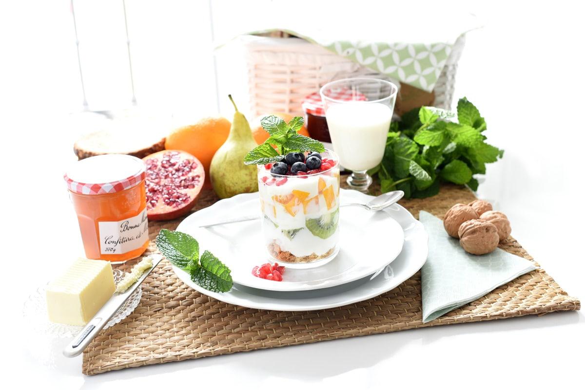 Yogur griego con frutas, desayunos ricos